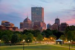 波士顿后面在日落的海湾地平线从波士顿共同性小山 免版税图库摄影