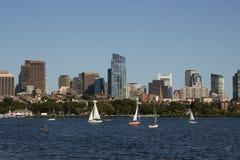 波士顿地平线和风船沿查尔斯河 免版税库存照片