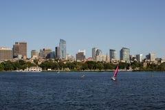 波士顿地平线和风船沿查尔斯河 免版税库存图片