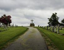 波士顿山的公墓与耶稣受难象 库存照片