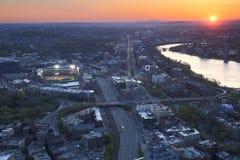 波士顿日落鸟瞰图与红袜队体育场芬威球场被点燃的和查理斯河的 免版税库存图片