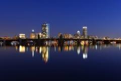 波士顿查尔斯河和后面海湾地平线在晚上 库存图片