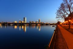 波士顿查尔斯河和后面海湾地平线在晚上 免版税库存图片