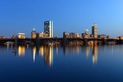 波士顿查尔斯河和后面海湾地平线在晚上 免版税库存照片