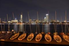 波士顿查尔斯河和后面海湾地平线在晚上 免版税图库摄影