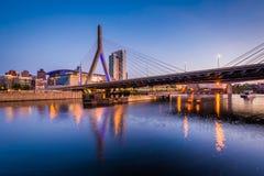 波士顿桥梁Bunker Hill伦纳德p zakim 在微明的Zakim邦克山桥梁,在波士顿, 库存照片