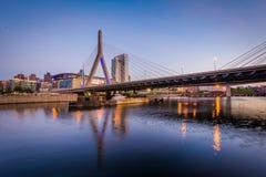 波士顿桥梁Bunker Hill伦纳德p zakim 在微明的Zakim邦克山桥梁,在波士顿, 图库摄影