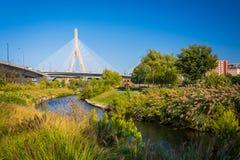 波士顿桥梁Bunker Hill伦纳德p zakim Zakim邦克山纪念桥梁和一条运河在 库存图片