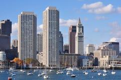 从波士顿港口看的都市江边地平线 图库摄影