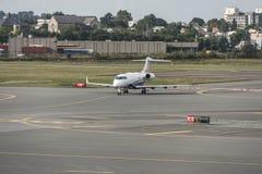 波士顿美国23 09 2017 - 企业喷气机在近机场的飞机航空器aeroport终端停车处离开到来 免版税库存图片