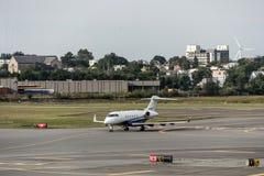 波士顿美国23 09 2017 - 企业喷气机在近机场的飞机航空器aeroport终端停车处离开到来 库存图片