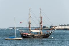 波士顿美国05 09 2017在波士顿港口肩并肩停住的老和现代小风船帆船  图库摄影