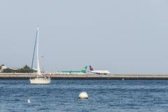 波士顿美国06 09 2017帆船在前面和摇石国际机场三角洲飞机图准备好起飞 库存照片