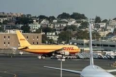 波士顿美国23 09 2017年敦豪航空货运公司货物航空器在波士顿国际机场停放了装货 库存图片