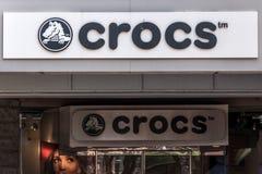 波士顿美国05 09 2017年Crocs footware泡沫障碍物样式凉鞋的零售店商标打开鞋子设计 库存照片