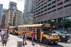波士顿美国05 09 2017 - drinving在市的中心的典型的美国黄色校车波士顿 图库摄影