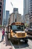 波士顿美国05 09 2017 - drinving在市的中心的典型的美国黄色校车波士顿 免版税库存图片