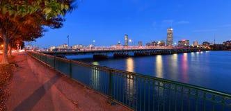 波士顿都市风景和哈佛桥梁在晚上 免版税库存图片