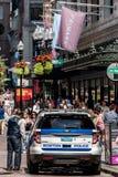 波士顿马萨诸塞美国06 09 2017 - 波士顿警车在许多人民巡逻的公众之间的城市 免版税库存图片