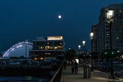 波士顿马萨诸塞,美国06 09 2017年城市摩天大楼、海关和波士顿江边夜长的曝光的 免版税库存图片
