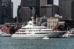 波士顿麻省美国05 09 在查尔斯河的2017艘玛雅女王游艇帆船在波士顿地平线前面在晴朗的夏日 免版税图库摄影