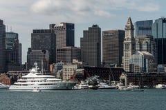 波士顿麻省美国05 09 在查尔斯河的2017艘玛雅女王游艇帆船在波士顿地平线前面在晴朗的夏日 免版税库存图片