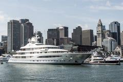 波士顿麻省美国05 09 在查尔斯河的2017艘玛雅女王游艇帆船在波士顿地平线前面在晴朗的夏日 库存照片