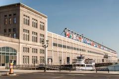 波士顿,美国- 05 09 2017年海口位于江边联邦码头的世界贸易中心大厦南波士顿 库存照片