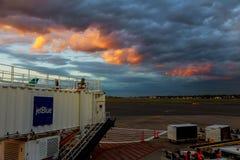 波士顿,美国- 6月07日:终端纽华克自由国际机场A在大陆和JetBlue航空器的新泽西  库存照片