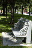 波士顿,马萨诸塞,美国, 7月27日 2009年:一条优美的花岗岩长凳致力查尔斯Pagelsen霍华德位于  免版税图库摄影
