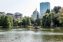波士顿,马萨诸塞,美国06 09 享受在著名天鹅小船的2017个游人乘驾波士顿公园晴天 免版税图库摄影