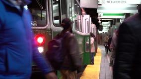 波士顿,马萨诸塞- 20181024 -地铁到达人们横跨轨道输入并且离开并且走 股票视频