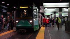 波士顿,马萨诸塞- 20181024 -地铁到达,并且人们输入并且离开 影视素材
