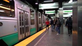 波士顿,马萨诸塞- 20181024 -慢动作-地铁到达,并且人们输入 股票视频