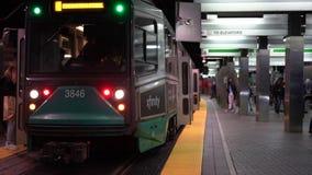 波士顿,马萨诸塞- 20181024 -时间间隔-地铁到达人们横跨轨道输入并且离开并且走 股票录像