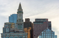 波士顿,马萨诸塞- 2014年1月04日:与海关塔时钟的波士顿都市风景 免版税库存照片