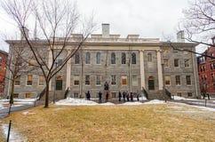 波士顿,马萨诸塞- 2014年1月06日:哈佛围场在波士顿 哈佛大学地区 约翰・哈佛雕象在哈佛Universi 库存照片