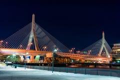 波士顿,马萨诸塞- 2014年1月03日:桥梁在波士顿 长的曝光夜摄影 波士顿桥梁Bunker Hill伦纳德・马萨诸塞p zakim Zakim邦克山纪念品 免版税库存图片
