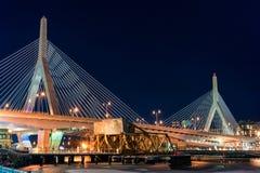 波士顿,马萨诸塞- 2014年1月03日:桥梁在波士顿 长的曝光夜摄影 波士顿桥梁Bunker Hill伦纳德・马萨诸塞p zakim Zakim邦克山纪念品 库存图片