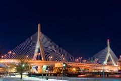 波士顿,马萨诸塞- 2014年1月03日:桥梁在波士顿 长的曝光夜摄影 波士顿桥梁Bunker Hill伦纳德・马萨诸塞p zakim Zakim邦克山纪念品 免版税库存照片