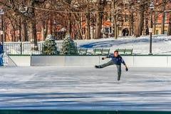 波士顿,马萨诸塞- 2014年1月04日:滑冰在冰的波士顿公园和未知的人在公园 免版税图库摄影