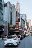波士顿,麻省美国06 09 2017年头等剧院偶象霓虹灯广告控制华盛顿街剧院区 库存图片