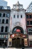 波士顿,麻省美国06 09 2017歌剧院剧院偶象霓虹灯广告的前面控制华盛顿街剧院区 免版税库存图片