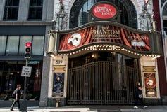 波士顿,麻省美国06 09 2017歌剧院剧院偶象霓虹灯广告的前面控制华盛顿街剧院区 免版税库存照片