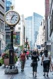 波士顿,麻省美国06 09 2017 - 用不同的商店的商店街道有购物的人的走和 图库摄影