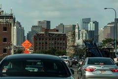 波士顿,麻省,美国05 09 与每日汽车通行的2017个摩天大楼地平线在路 免版税库存图片