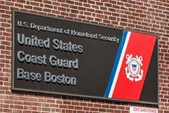 波士顿,麻省,美国05 09 2017 - 美国海岸警卫队本垒波士顿的标志在晴天 免版税库存图片