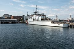 波士顿,麻省,美国05 09 2017 - 美国海岸警卫队的船在基本的波士顿靠了码头在晴天 库存照片