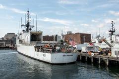 波士顿,麻省,美国05 09 2017 - 美国海岸警卫队的船在基本的波士顿靠了码头在晴天 免版税库存图片