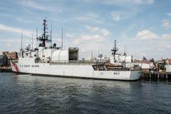 波士顿,麻省,美国05 09 2017 - 美国海岸警卫队的船在基本的波士顿靠了码头在晴天 图库摄影